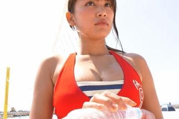 久松郁実ちゃんがムチムチのおっぱいを寄せてビーチバレーを