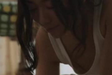 木村文乃さんがノーブラになって乳首見えちゃいそう