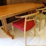 『飛騨高山・SWINGの山桜テーブルに日進木工・ホワイトウッドシリーズのチェア・WOC-131  132をセット』の画像