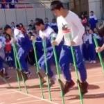 【動画】中国、中学校の運動会の竹馬競争、竹馬と完全一体化した凄い奴がいる!と話題 [海外]