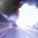 【動画】中国、高速道路でトラックが火災、違法運搬のガスボンベに引火、大爆発! [海外]