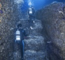 沖ノ島周辺の海底で人工的なナゾの階段や広場を発見