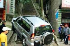 トヨタ・ランクルが200mの石段を走破! 中国人「やっぱり日本車はすげーな。」