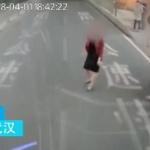 【動画】中国、彼氏と喧嘩してカッとなった彼女、道路に飛び出しバスを止め八つ当たり! [海外]