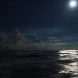 『海辺の村で行われている謎の風習「海から現われる黒い塊」』の画像