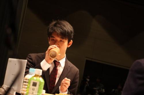 藤井聡太、手作りのコーヒー牛乳を持参していた。スタバのコーヒー飲んで叩かれることを避けるためかのサムネイル画像