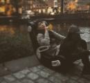 相棒の成宮寛貴さん、川の座椅子でまったり
