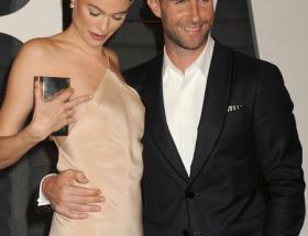 モデルのベハティ、ドレスから乳首が露出しているのに気付かず笑顔をふりまく