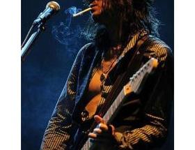 ラルクのギターの人って以前タバコくわえながら弾いてたけどなんで今は止めたの?