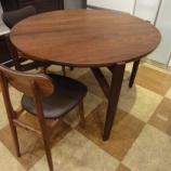 『【セール情報・期間限定セール・2011年秋】 イマダのウォールナット材の丸のダイニングテーブル・ミレス』の画像