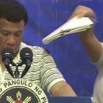 【動画】フィリピン、テレビ演説中のドゥテルテ親分の肩に「ゴキブリ」が出現…!? [海外]