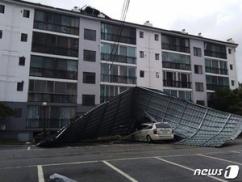 台風レンレン、韓国のマンションの屋根を吹き飛ばすwwwww 街も想像以上に滅茶苦茶wwww