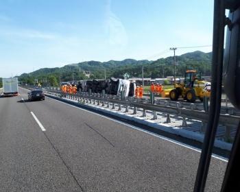 【名神高速道路事故】大型トレーラーと逆走した軽貨物車が衝突、トレーラーが横転し大渋滞に(現場画像あり)