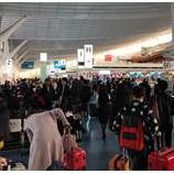 『混み合う空港』の画像
