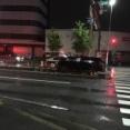 国道1号線・仁和寺本町交差点で車が中央分離帯にぶつかる交通事故が発生。警察や消防が出動