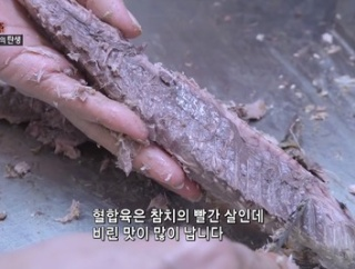 【悲報】韓国の漁港、とんでもない方法で魚を仕分けてしまうWWW