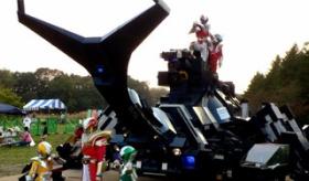 【ロボ】   日本で 巨大ロボが動き出す!!17トンの巨大カブトムシロボット の会場での様子。   海外の反応