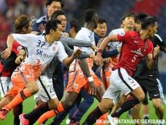 【 画像 】浦和・槙野が韓国・済州の選手たちと鬼ごっこしている瞬間の写真・・・躍動感が半端ない!!w