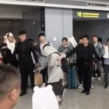 『【乃木坂46】危なすぎる・・・上海空港でフードで顔を覆い隠し前も見ずフラフラ、スタッフに抱きかかえられながら歩くメンバー・・・【動画あり】』の画像