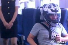 ついにヘルメットをかぶる乗客も 中国の新幹線