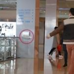【動画】中国、ゴミ箱の手前にゴミをポイ捨て!通行人が拾うか?実験してみた! [海外]
