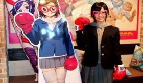 【オタク文化】   日本で 女子高生にパンチグローブで殴られる カフェが 紹介されてるぞ!   海外の反応