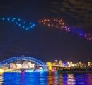 すげええええ!ドローン100機が光の舞 シドニーの夜を空彩る!…もう花火はオワコンだなw