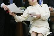 しょっちゅうクビになる田中真紀子大臣の秘書 2m離れてはいけないし、1m以上近づいてはいけない。