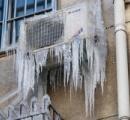 【画像】クソ寒すぎてエアコンの室外機に巨大な氷柱が発生!