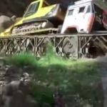【動画】インド、印中国境近くで重機運搬車が通過中の橋が突然、崩壊!運搬車落下! [海外]