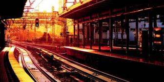 駅のホーム後方で小さい男の子がまだ動いてる電車に向かって走った。→接触しそうになった時、母親が…