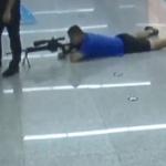 【動画】中国、地下鉄駅で人質事件発生!スナイパーが登場し60mの距離から一撃射殺! [海外]