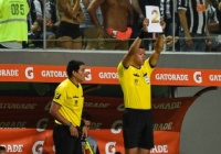 【画像】リベルタドーレスで選手交代ボードを忘れる珍事…代わりはA4用紙