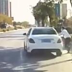 【動画】中国、ベンツに試乗の男、運転を交代する隙きにそのまま乗り逃げ~!w