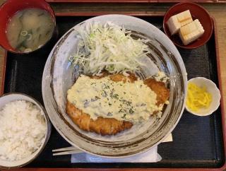 外国人「日本の社会人が食べてるランチを紹介する、これで600円だ」
