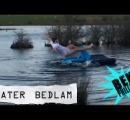 【動画】寝ている友達をエアベットごと湖へ!
