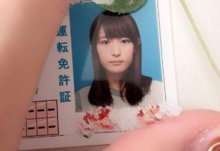 美人声優の小松未可子さんが真正面から修正無しの免許証写真を公開する