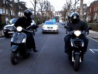 「勇敢な配達員さん、バイクを強奪試みる三人組を追い払う」