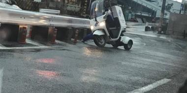 【悲報】台風でピザ配達員が飛ばされるwwwwwwwww