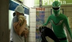 【日本の親切】     東京の 地下鉄入り口に 親切な スーパーヒーローがいるらしいぞ。   海外の反応