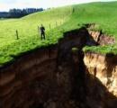 【ニュージーランド】長さ200メートルの巨大地割れ、牧場に突如出現