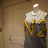 『N°21(ヌメロ ヴェントゥーノ)ノースリーブ裏毛ロゴスウェット』の画像