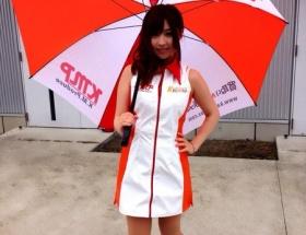 【画像】AV女優・成瀬心美さんが鈴鹿サーキットでレースクイーンを務める
