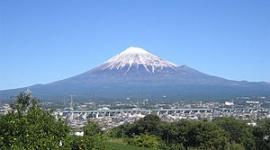 富士山頂上からスノボーの会社員、滑落し重傷