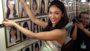 AKB48秋元才加 満面の笑みで壁写外しの儀式