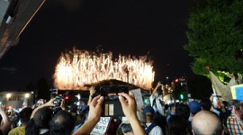 【東京五輪】新国立競技場前でデモ中のオリンピック反対派、花火の写真を撮って開会式を満喫wwwww