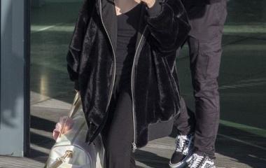 『【すっぴんにメガネがさえない…!?】セレーナ・ゴメスがヒースロー空港に到着!Selena Gomez arrives in London』の画像
