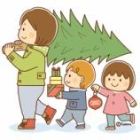 『【クリップアート】クリスマスツリーを運ぶこどもたち』の画像