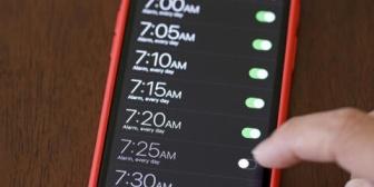 旦那が9分おきのアラームを鳴っては止めてを3時間半ずーーーーっと繰り返す。ノイローゼになりそう