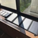 『ソーラー発電式バッテリーとソーラー発電パネル』の画像